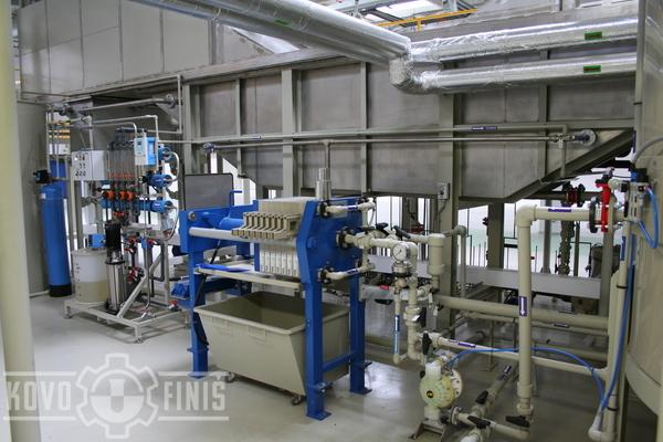 Sludge removal from phosphate baths